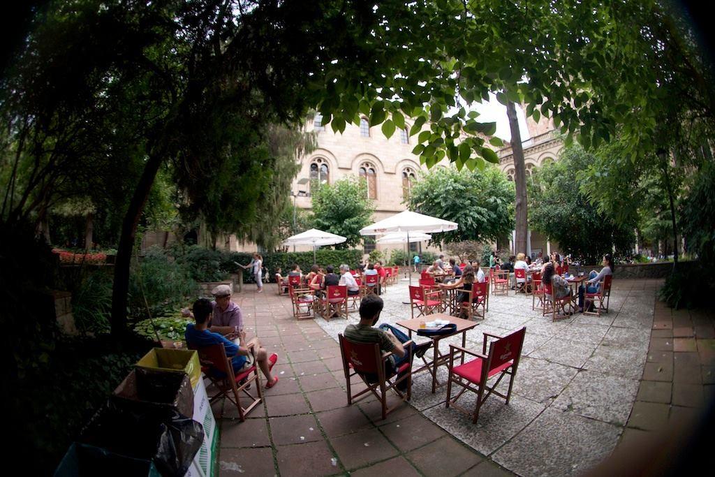 10. Спрятаться от жары в старинном патио Университета Барселоны.