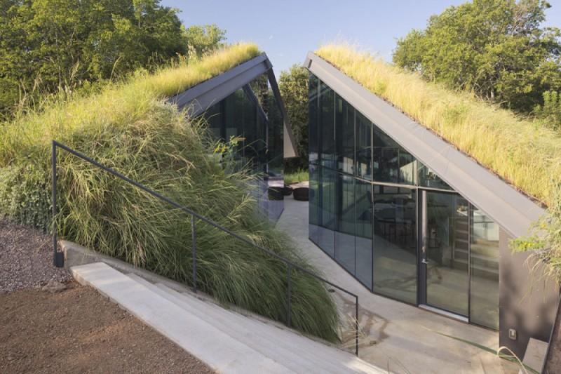Землянка в Техасе, США Снаружи этот дом выглядит как землянка. Внутри, однако, есть все для комфортн