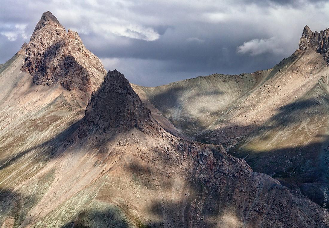 32. Большая часть хребтов и перевалов проходит на высоте около 4000-4500 метров, а долины на высоте