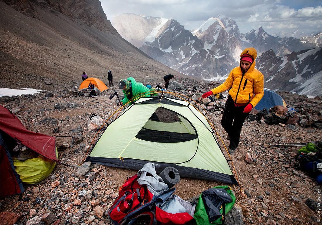 37. Высота 4500 м. Начинает идти снег. Оперативно устанавливаем палатки и утепляемся.