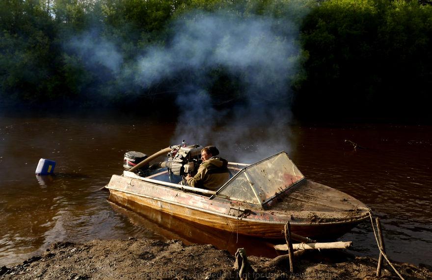 Кладоискатели откачивают воду из реки с помощью пожарных насосов — они предпочитают устройства от ко