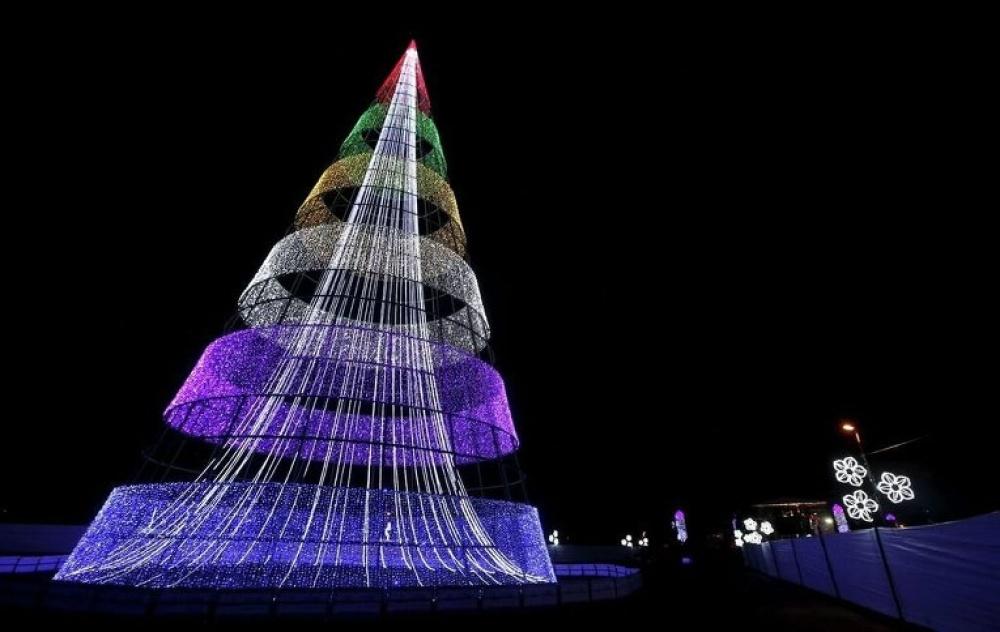 © John Vizcaino  Оригинальная рождественская елка-конус установлена вцентральном парке Симона
