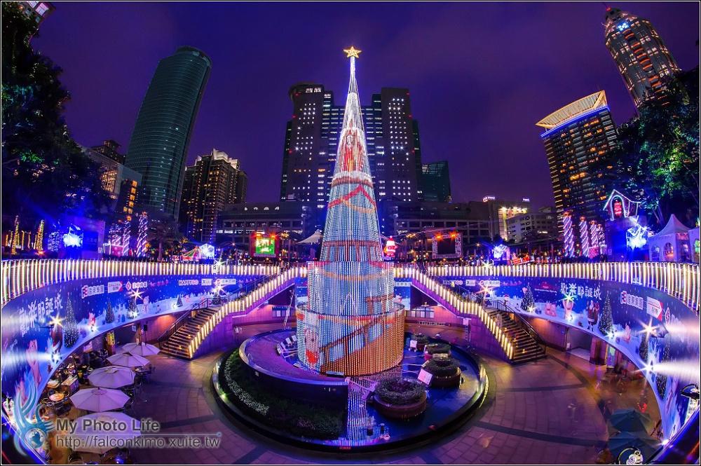 © flickr  Стеклянная 36-метровая елка устанавливается недалеко отздания муниципалитета Тайбэя