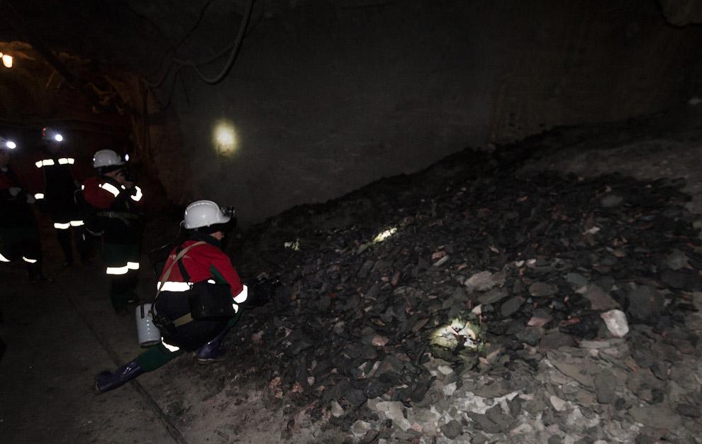 24. И вот мы добираемся до буровой установки, за ней находится трубка с алмазами.