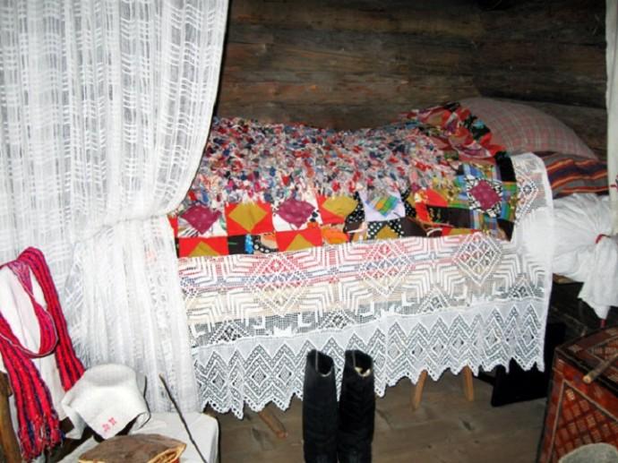 На ложе укладывали много ритуальных предметов, которые должны были защитить молодоженов от порчи и о