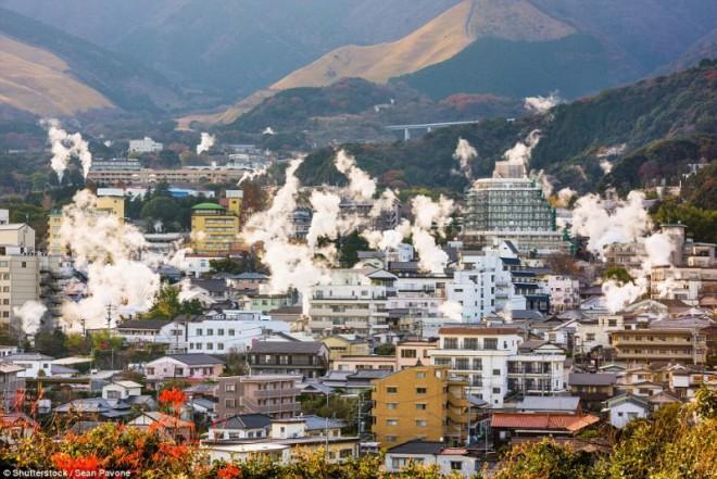 Японский город Беппу, который стоит на вулкане (15 фото)