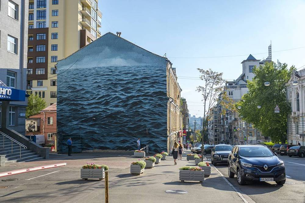 A Turbulent Black Sea Fills a Three-Story Wall in Kiev, Ukraine (6 pics)