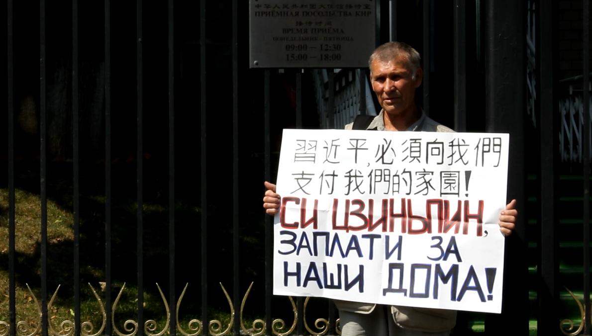 Канские погорельцы приехали к посольству Китая в Москве