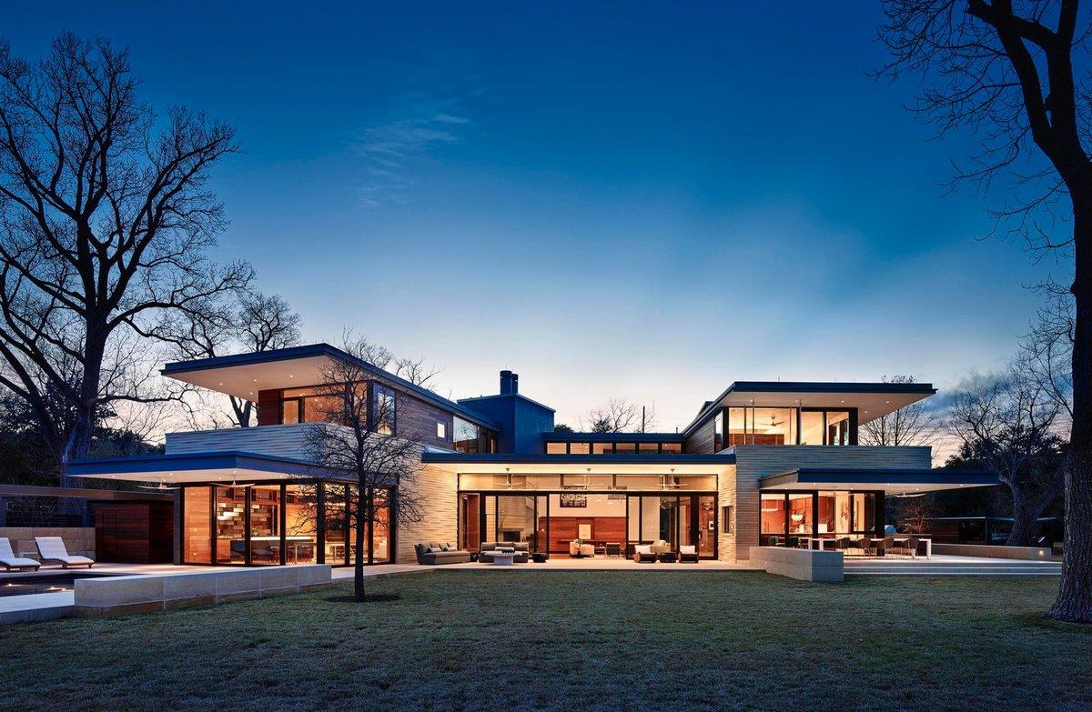 Современный дом с выходом на озеро