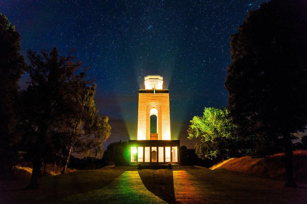 leuchtender Bismarkturm in der Sternennacht.jpg
