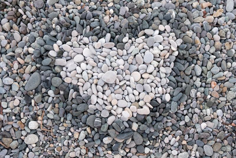 сердце выложенное из камней на берегу моря