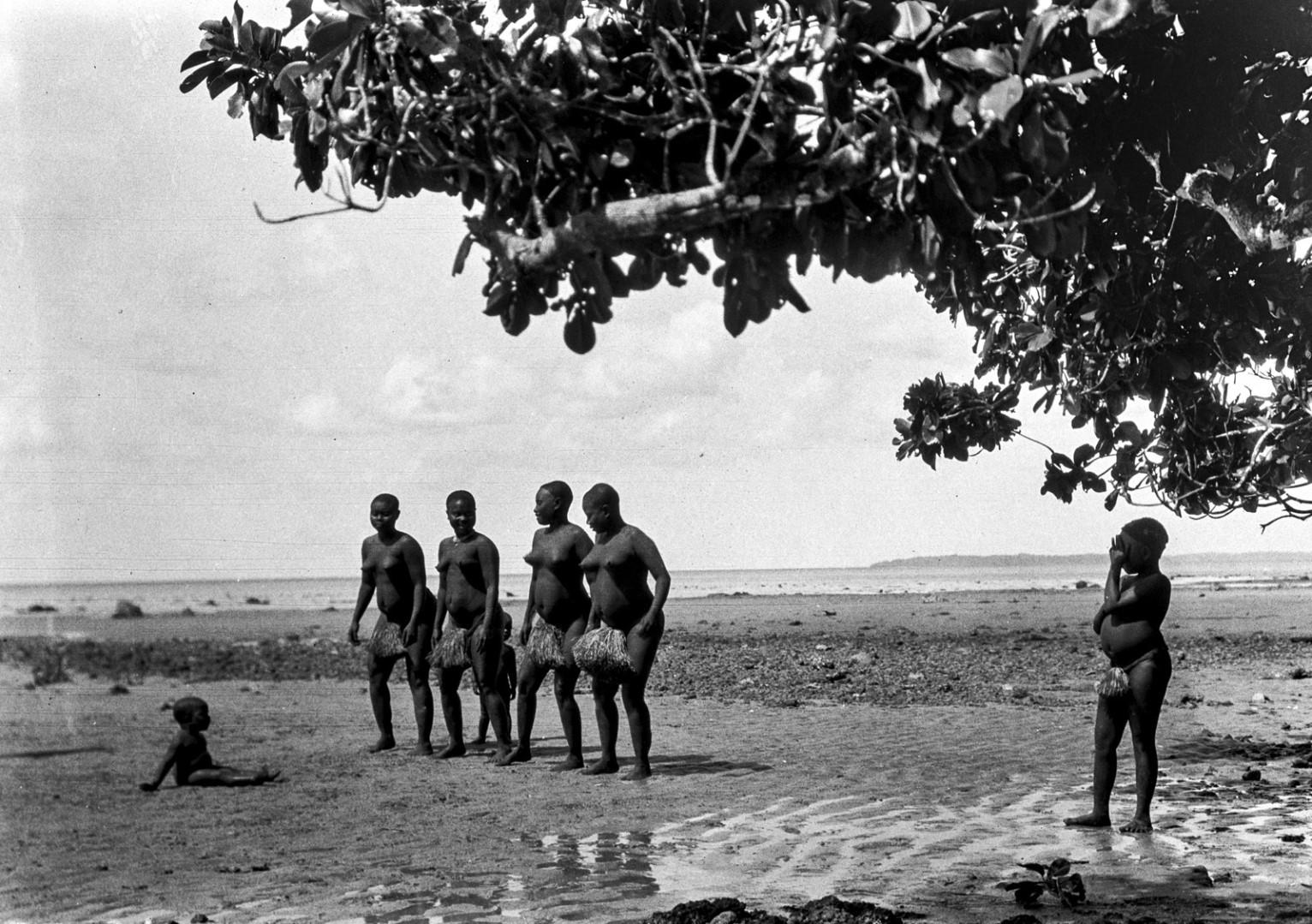 1201. Народность онге. Группа женщин танцует на берегу