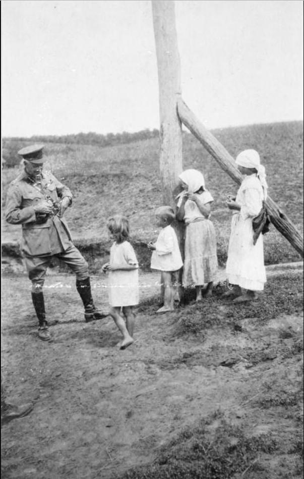 Генерал-майор Херберт С. Холман, глава британской военной миссии в Южной России беседует с казачьими детьми в Полтаве после того, как город был захвачен, август 1919