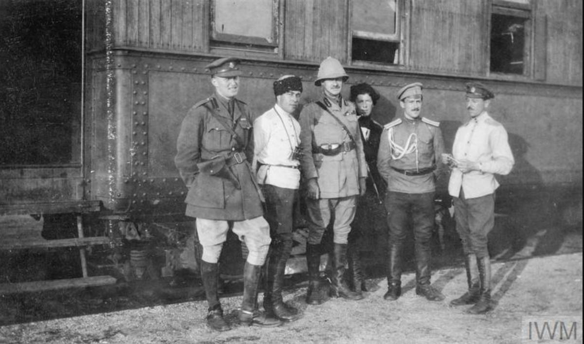 Генерал-майор Херберт С. Холман, глава британской военной миссии в Южной России, майор Уинтер и русские офицеры на железнодорожной станции Полтавы, август 1919