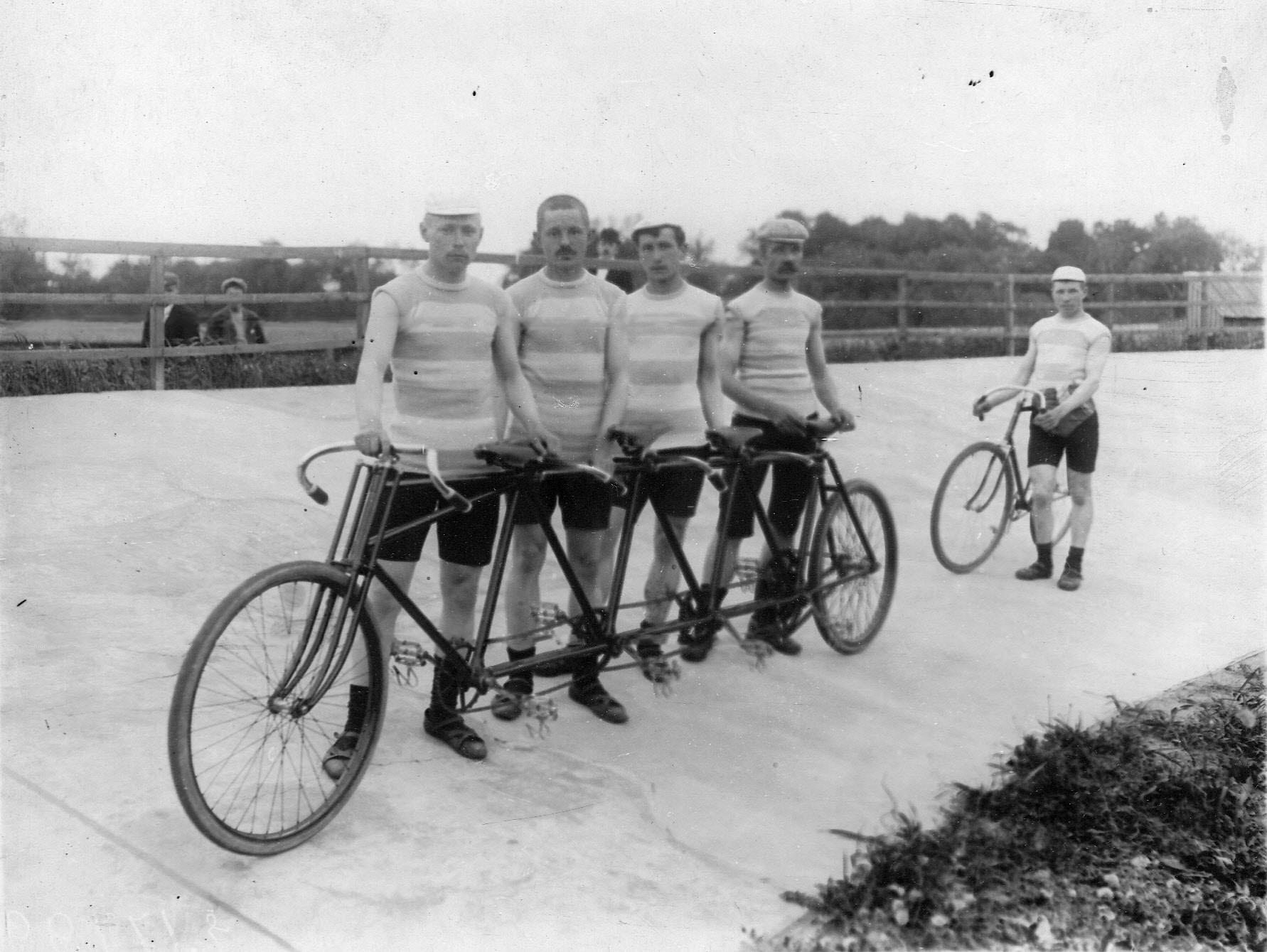 Гоночный четырехместный велосипед