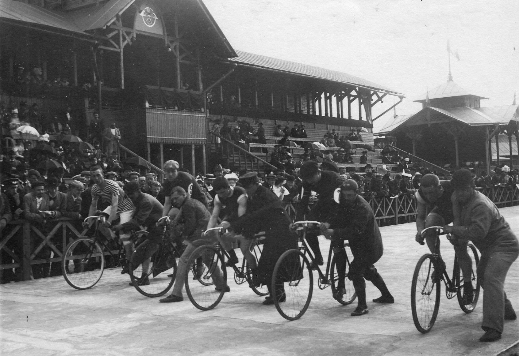 Велогонщики на старте после команды Приготовиться! на велодроме. Старт на приз открытия 15 августа 1895 года