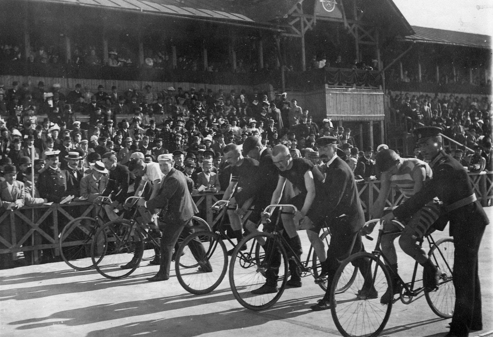 Гонщики на старте во время соревнований на велодроме. Велогонщики на старте во время соревнований на велодроме. Старт на приз открытия 15 августа 1895 года