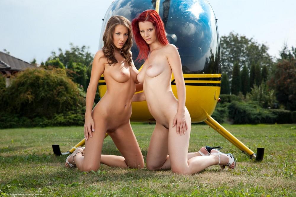 Lizzie с подругой возле вертолета