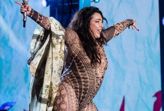 Лолита разделась на фестивале в Баку до шокирующего голого комбинезона (4 фото)