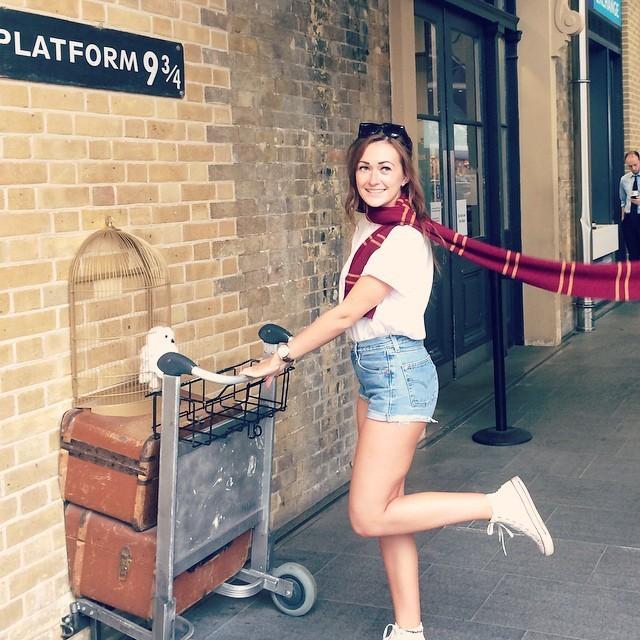 20. Поклонники саги о Гарри Поттере, навещая Лондон, непременно делают фотографию небольшого символи