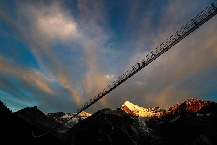 2. Длина моста составляет 494 метра, ширина — 65 сантиметров. (Фото Valentin Flauraud):