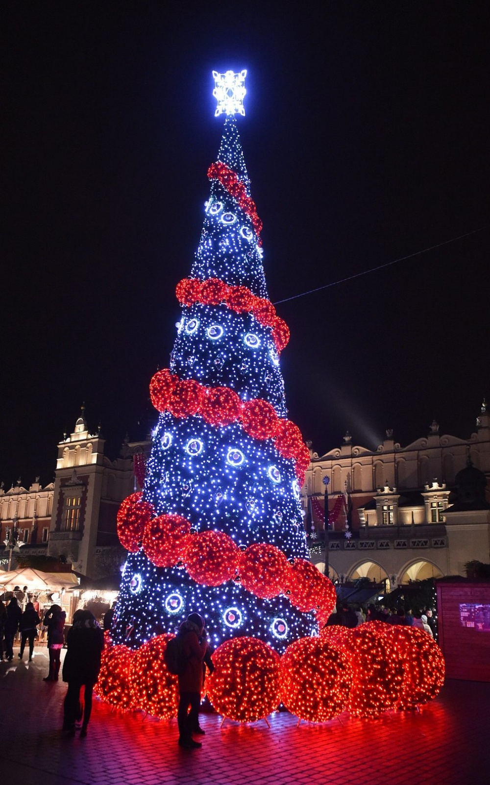 © Jacek Bednarczyk  Традиционную рождественскую елку вКракове устанавливают наЯрмарочной пло