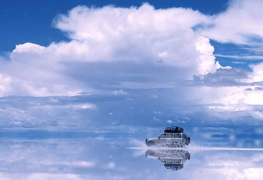 1. Путешествие по изумительному солончаку Уюни, Боливия В сезон дождей крупнейший на Земле солончак