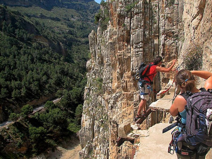 34. Пройдите по самой опасной тропе в мире — Малага, Испания Эль-Каминито-дель-Рей — это дорожка, по