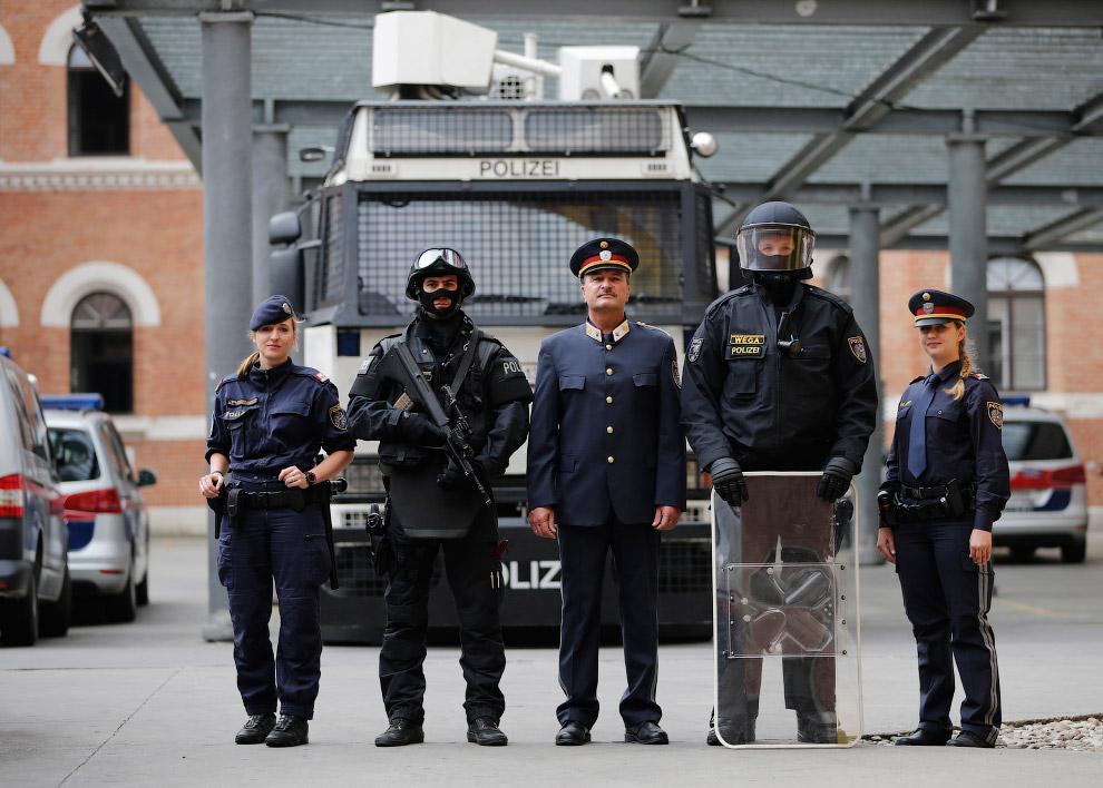 14. Полицейские Венесуэлы. (Фото Carlos Garcia Rawlins):