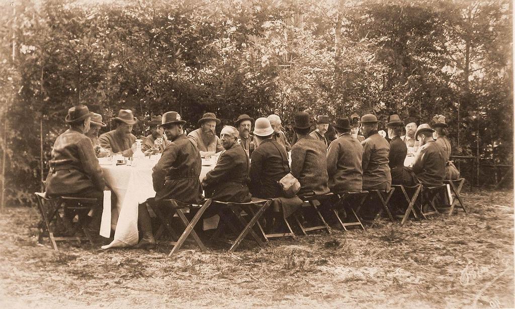 Группа участников царской охоты за обедом; справа — император Александр III, по правую руку от него