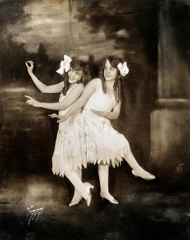 Дейзи и Виолетта Хилтон (5 февраля 1908 — 4 января 1969) — американские сиамские близнецы английског