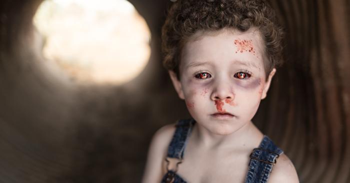 Как фотограф превращает своих клиентов в зомби (22 фото)