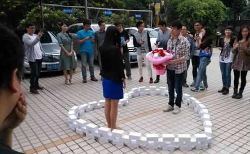 Чэню повезло, что его девушка оценила сюрприз и ответила согласием на предложение руки и сердца. Три