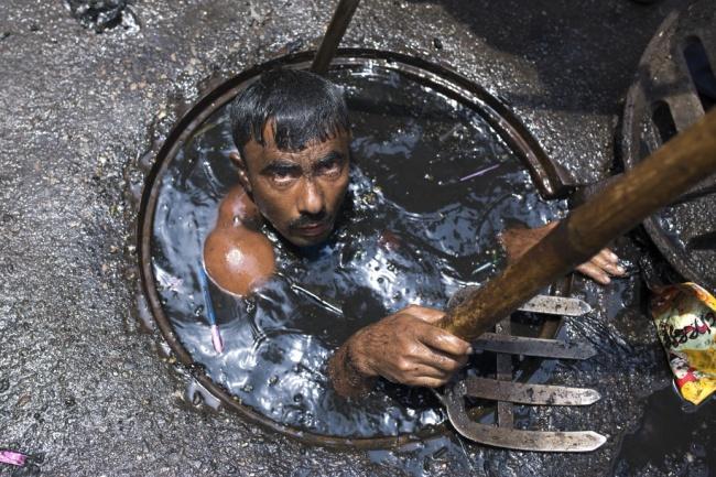 Индийским канализационным работникам точно не позавидуешь. Их рабочий день длится 12 часов, и все эт