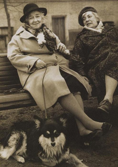 Фаина Раневская выгуливает своего пса с подругой Ниной Сухоцкой   Охота на бабочек