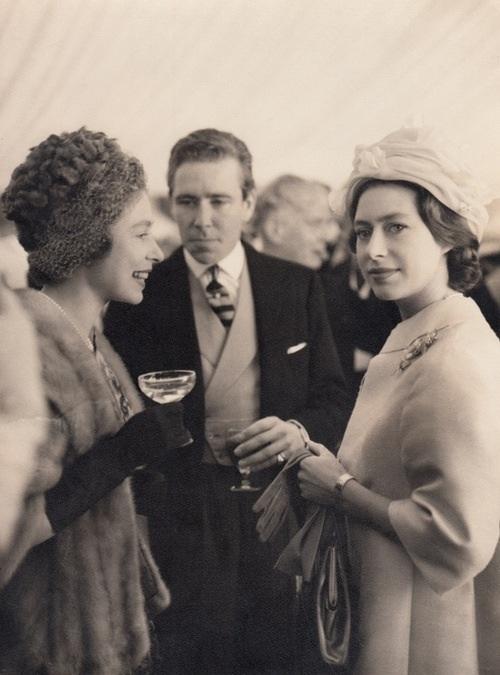 Принцесса Маргарет и королева Елизавета.   Роберт де Ниро