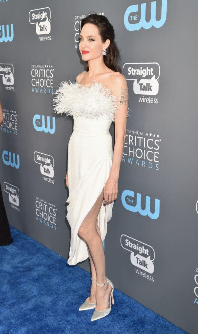 Но обо всем по порядку. Для этого повода Джоли выбрала невероятно соблазнительное белое платье с пер