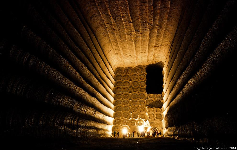 32. На стенах и в торце заметны характерные следы от резцов проходческого комбайна. Камера разрабаты
