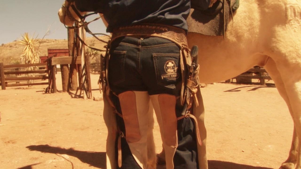 Дизайн этой провокационной модели напоминает чапаррерас — рабочие штаны ковбоев, которые надеваются