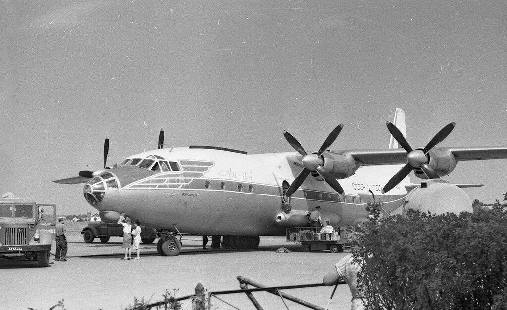 Самолёт Ан-10А в аэропорту Харькова.