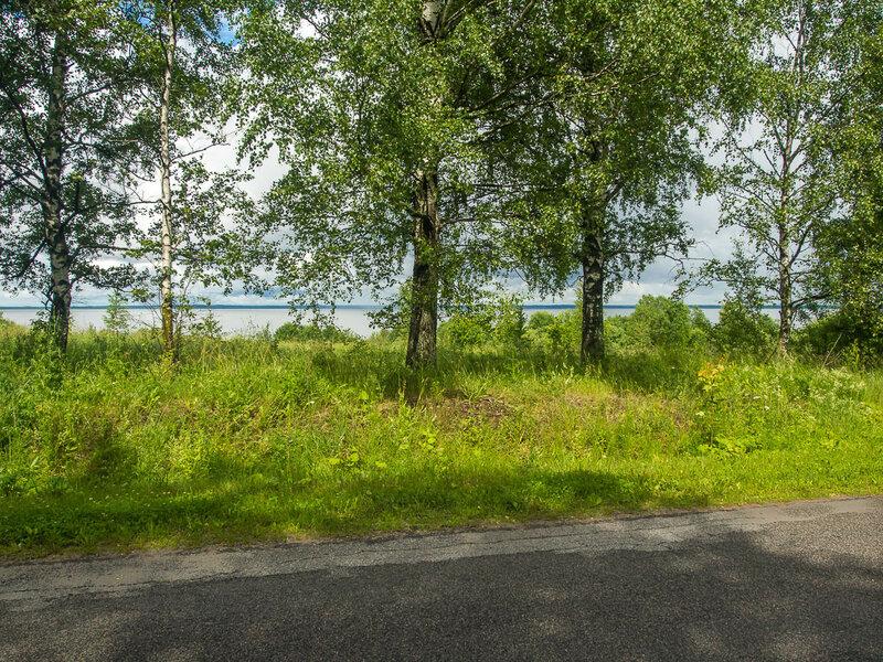 Оно и понятно: дорога идёт по берегу озера.