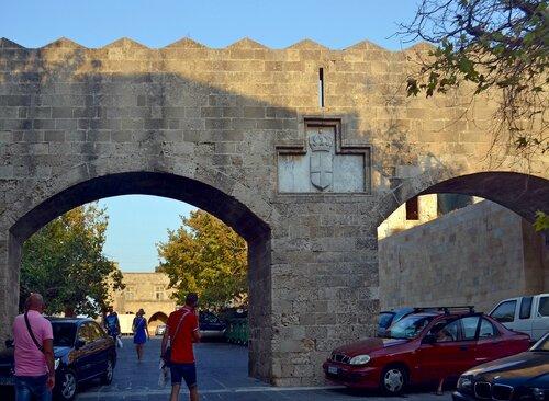 Арка с гербом на улицах старого Родоса