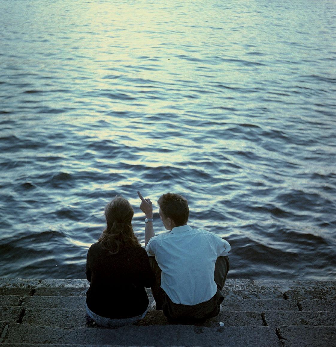 Женщина и мужчина на берегу Невы