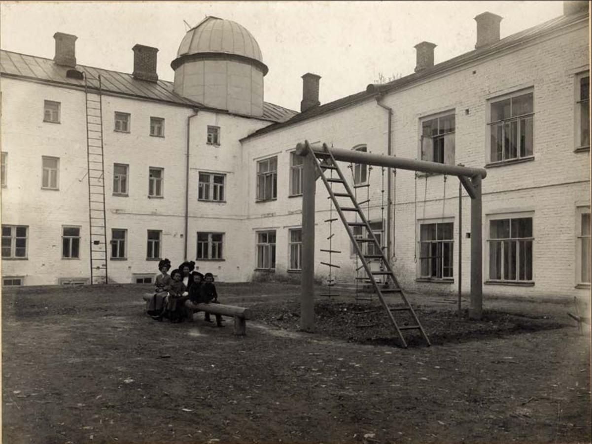 Внутренний двор гимназии Н.Зелятрова