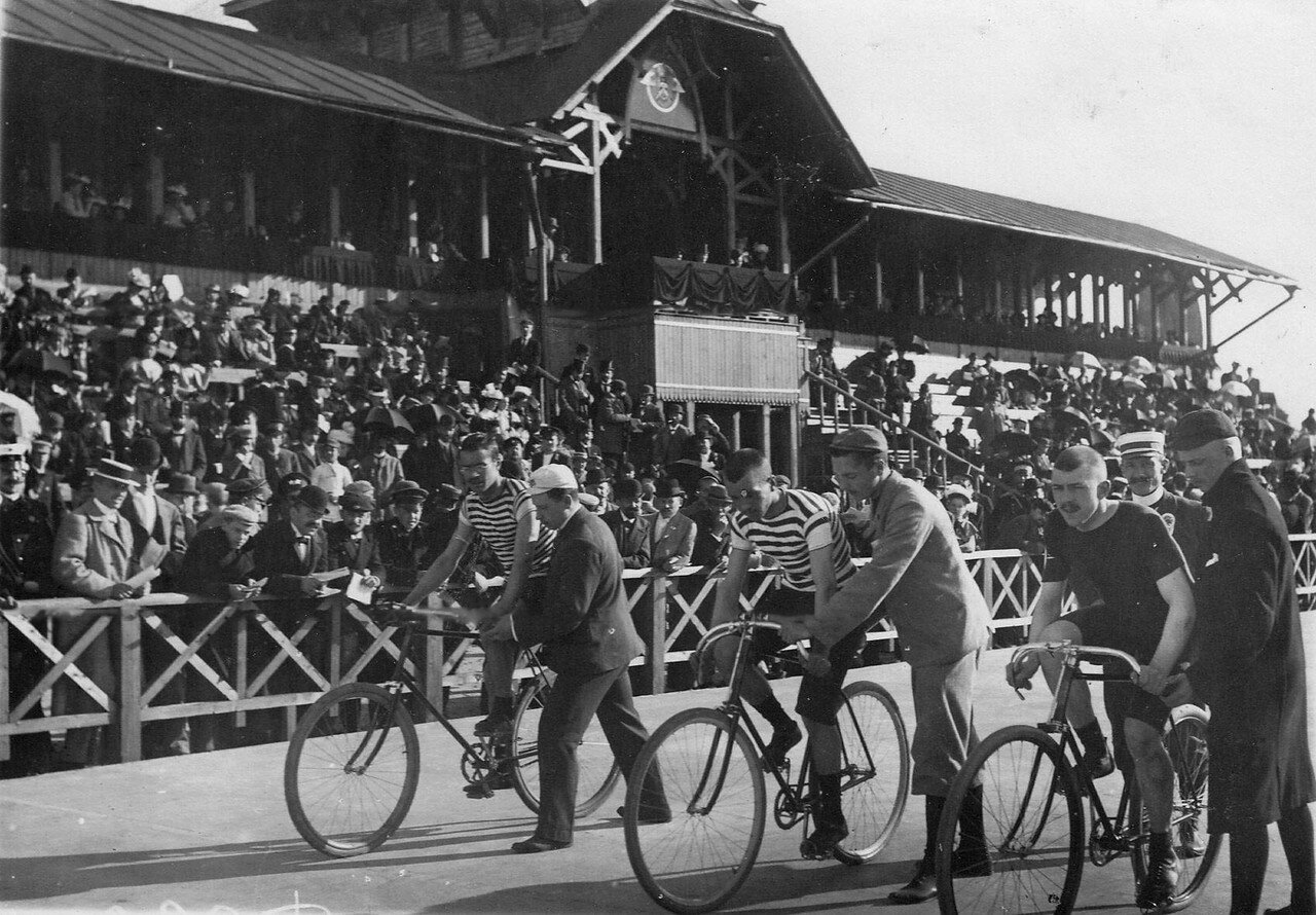 Велогонщики на старте во время соревнований на велодроме. Старт на приз открытия 15 августа 1895 года