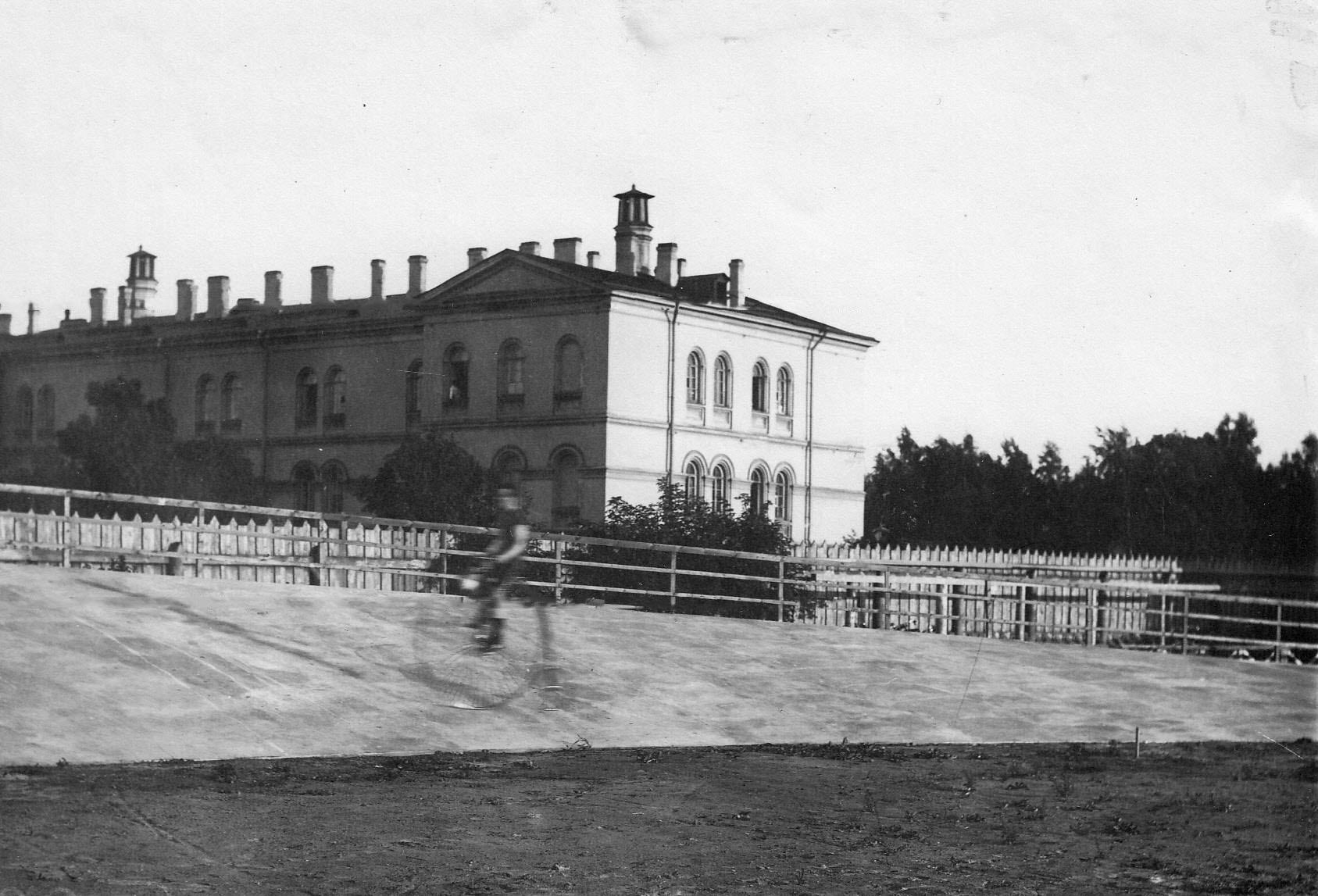 Езда на одноколесной машине на велодроме