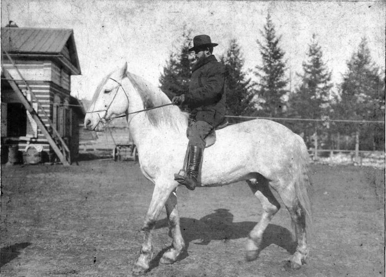 Иркутский купец Иван Николаевич Алексеев во дворе собственной усадьбы. Алексеев верхом на белой лошади. 1910