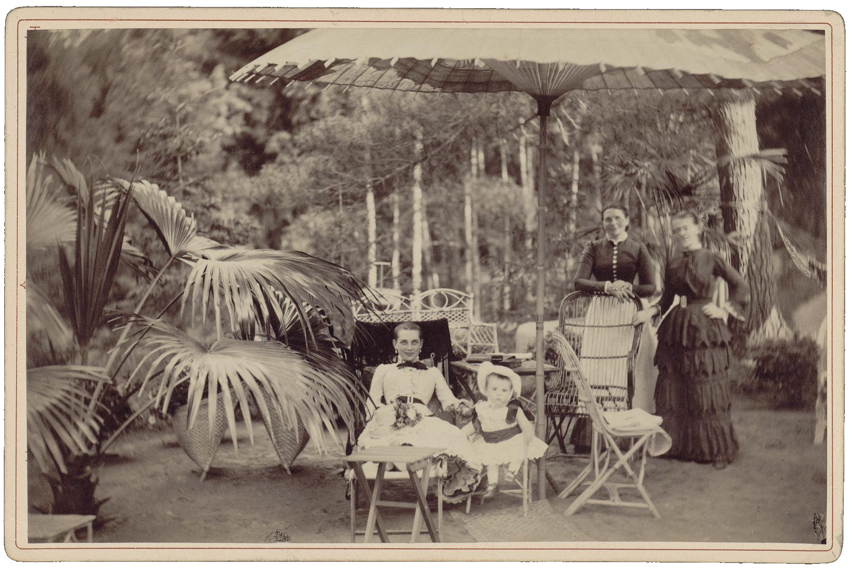 Графиня З.Н. Сумарокова-Эльстон (урожденная - Юсупова) с сыном Николаем и слугами, анфас. Зинаида Николаевна после перенесенного заболевания тифом. 1884