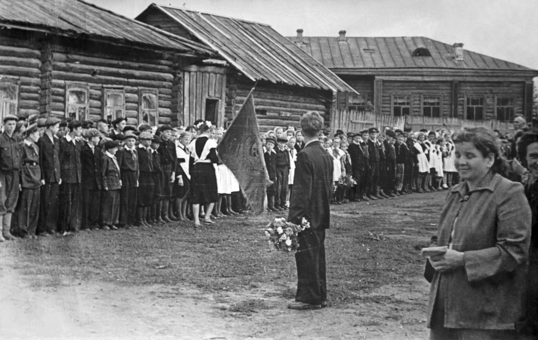1950-е. Школа №11. Линейка во дворе