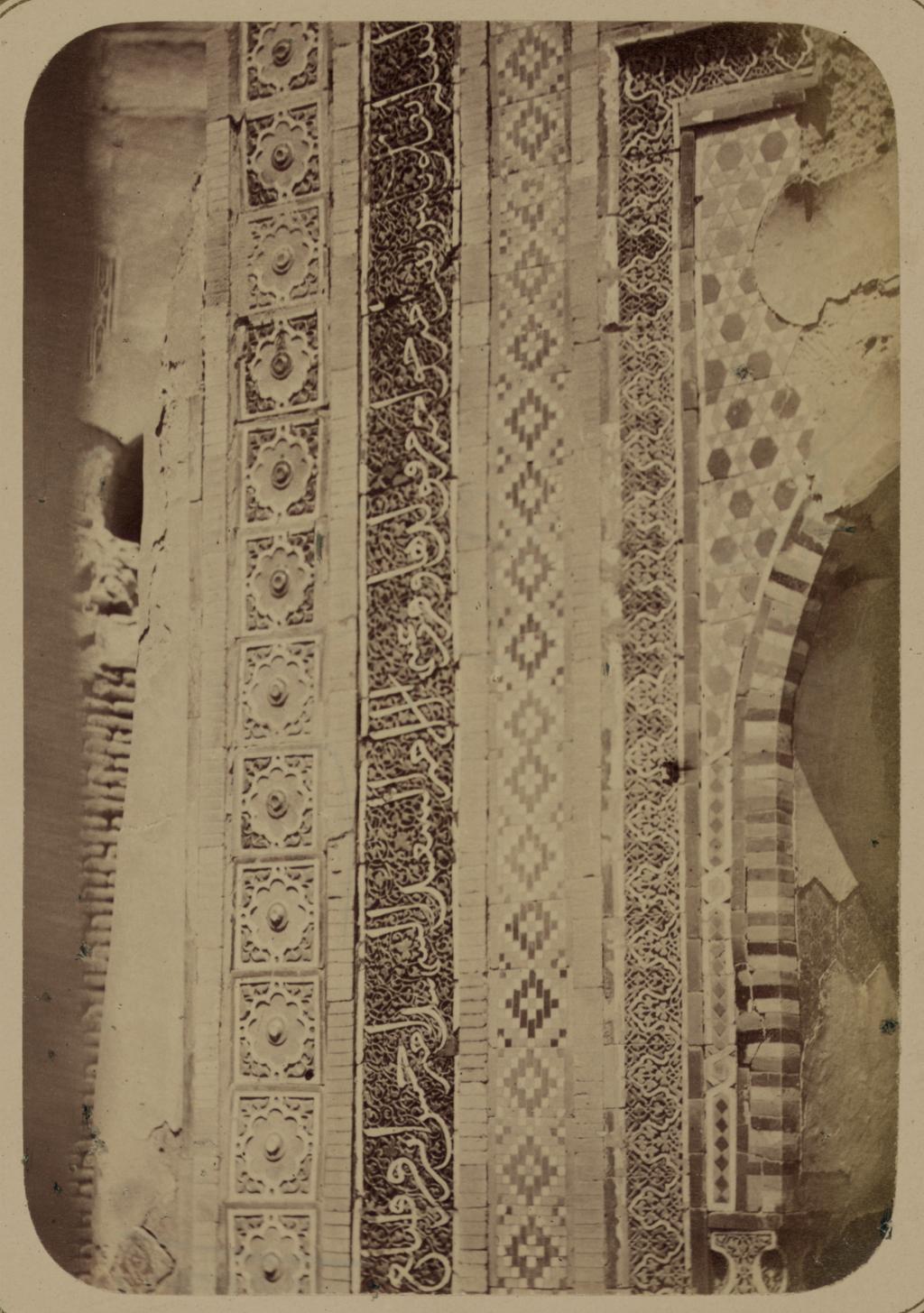 Мавзолей дочери эмира Ходжи Туглу-Текин. Надпись на нижней левой стороне фасада
